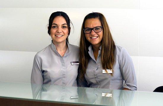 Hotel JS Sol de Alcudia: Recepcionistas Magdalena y Jenny