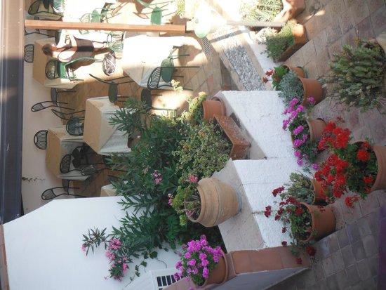 Hotel Kalos : trap naar de tuin en terras