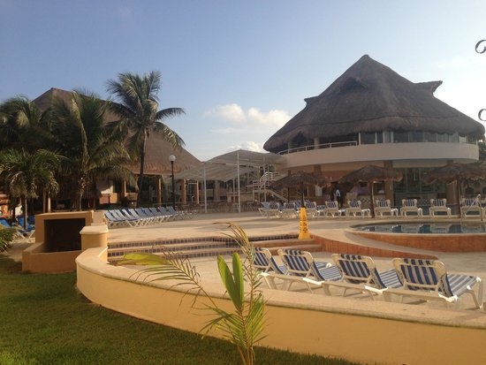 Viva Wyndham Maya - An All Inclusive Resort : Swimming pool, pool bar and Italian restaurant (on top)