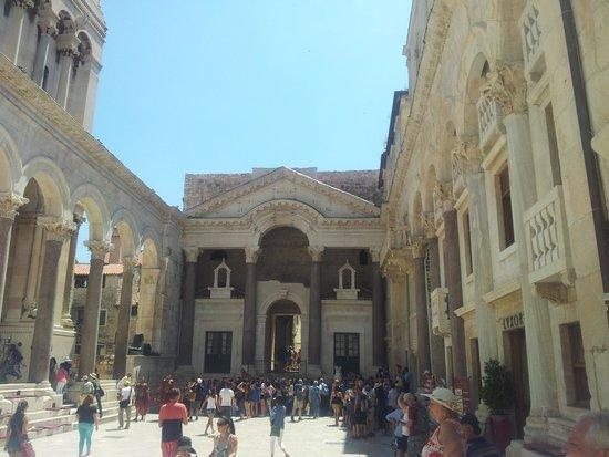 Old Split: piazza principale dentro il Palazzo di Diocleziano