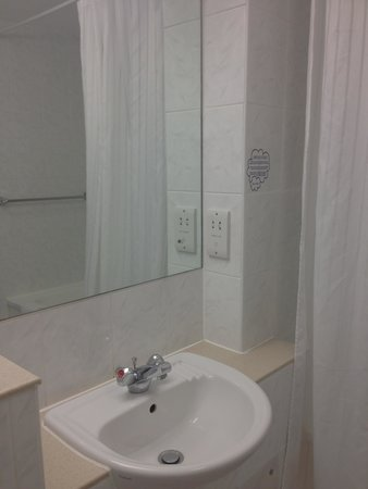Airport Inn Gatwick: Bathroom