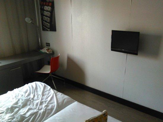 ILUNION Suites Madrid: tv de la habitacion pequeña