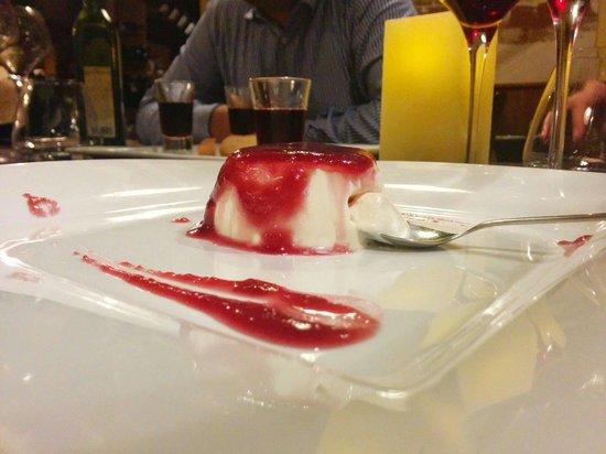 Osteria la Contrada: Panna cotta con salsa ai frutti di bosco. La più buona mai mangiata in vita mia!