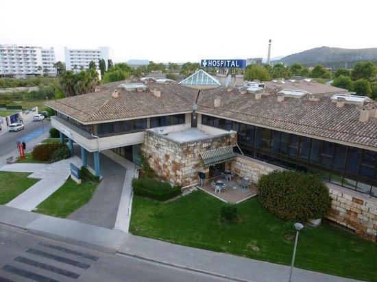 Rei del Mediterrani Palace: vue sur l'hôpital, la rue, l'usine et un terrain vague...