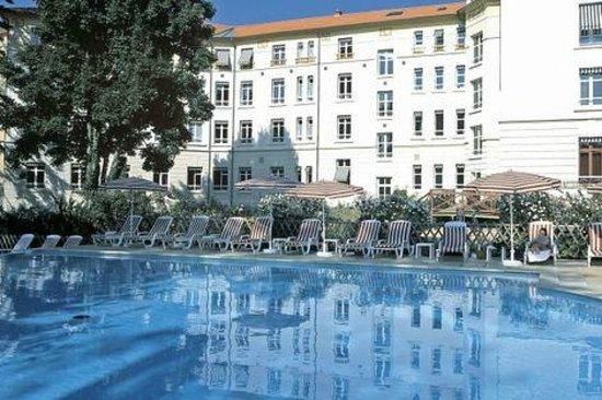 Les Loges du Parc & Spa : vue de la piscine et de l'hôtel