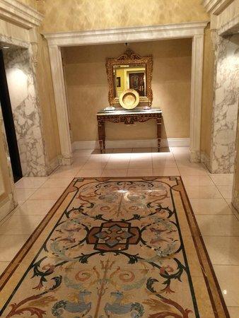 Tokyo DisneySea Hotel MiraCosta: secondary lift lobby