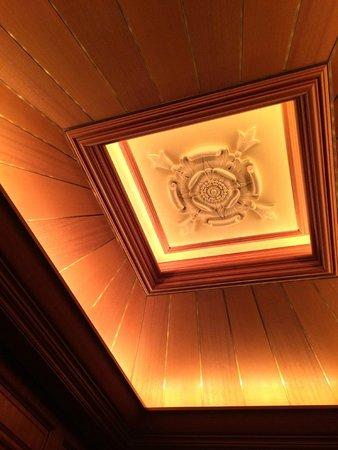 Tokyo DisneySea Hotel MiraCosta: Beautiful ceiling detail in elevators