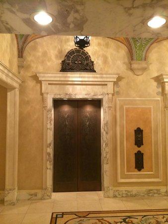 Tokyo DisneySea Hotel MiraCosta: Traditional elevators