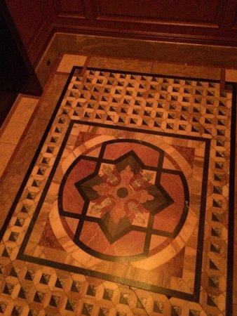 Tokyo DisneySea Hotel MiraCosta: Beautiful elevator