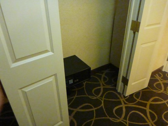 Crowne Plaza Newark Airport: safe