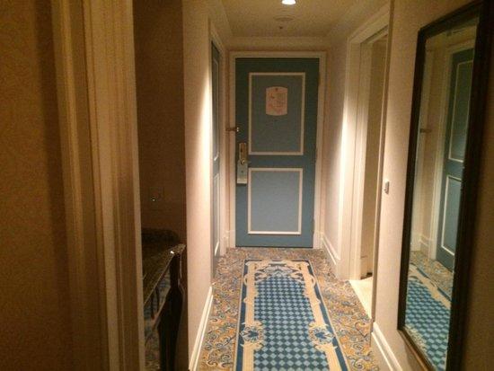 Tokyo DisneySea Hotel MiraCosta: wardrobe/entry vestibule inside room