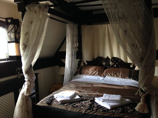 The Tudor House: Four poster bed in room 10