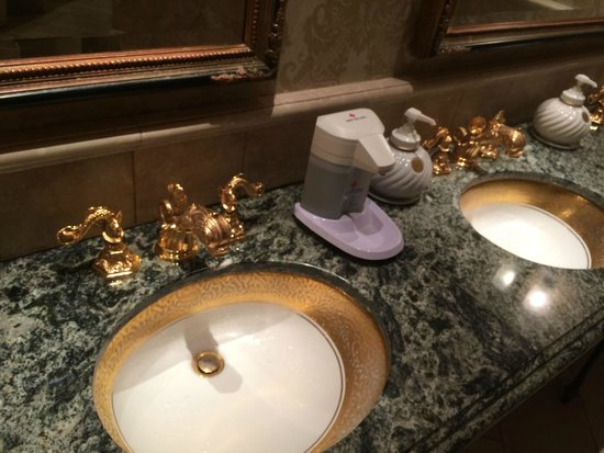 Tokyo DisneySea Hotel MiraCosta: Public restroom opulent tapware