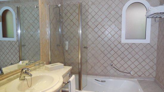 Cordial Mogan Playa: Bathroom with window