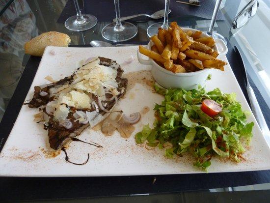 Bistrot de France : piccata de bœuf à l'italienne, frites fraîches et salade verte.