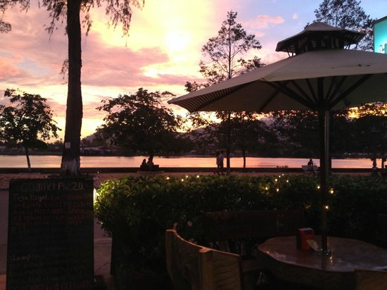 Bokor Mountain Lodge : Sunset views over the river