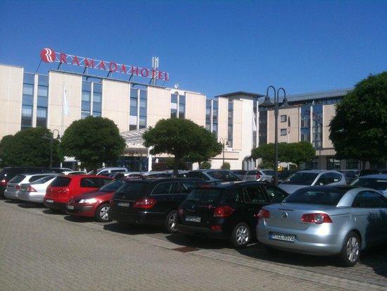 Ramada Hotel Leipzig: Gute Parkmöglichkeiten vor dem Haus