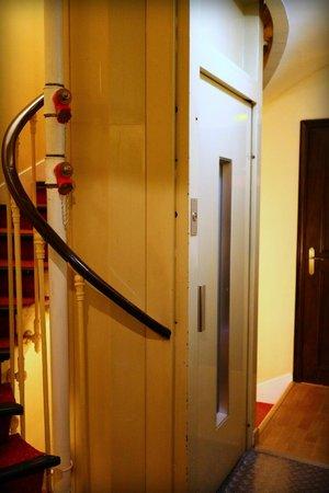 Peletier Haussmann Opera Hotel: Le petit ascenseur... :)