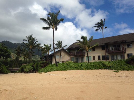 Hanalei Colony Resort: View from beach back to resort