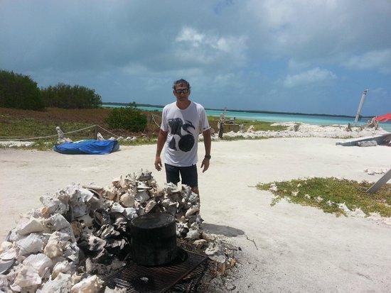 Isla El Gran Roque, فنزويلا: fogon hecho con respaldo de botutos...