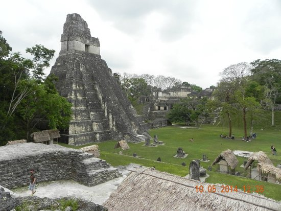 Cocktail Tours Guatemala: Una delle varie piramidi nel sito di Tikal