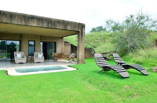 Sabi Sabi Earth Lodge : Suite 5 vue du jardin
