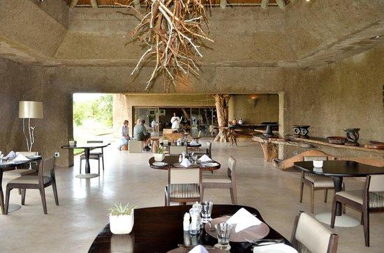 Sabi Sabi Earth Lodge : Restaurant ouvert sur le bush