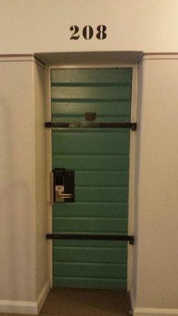 Langholmen Hotell: Door to room