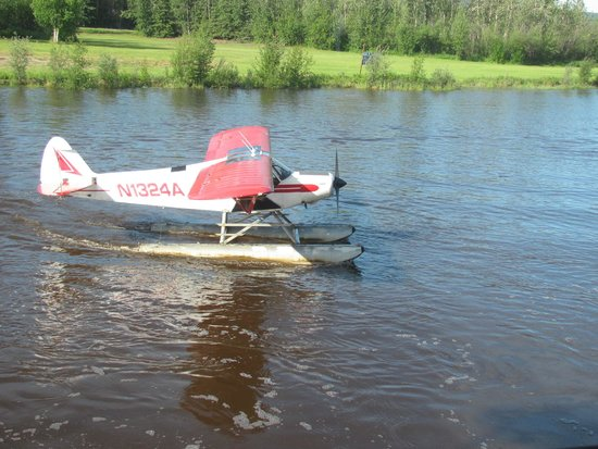 Riverboat Discovery : Float plane landing next to riverboat