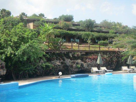Diamonds La Gemma dell' Est: zicht vanaf het zwembad naar de terassen, waar de kamers verdwijnen in het groen