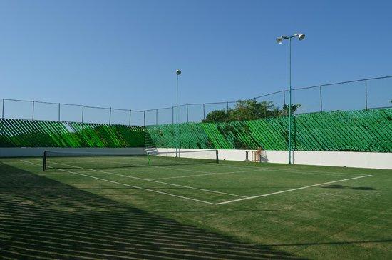 The Grand Bliss Riviera Maya: Cancha de tenis sobre cesped artificial