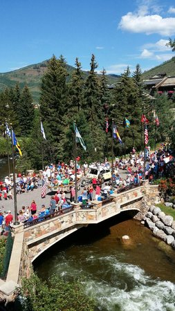 Sitzmark Lodge at Vail: View from Sitzmark Balcony - 4th of July parade