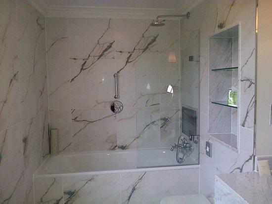 Bailbrook House Hotel : Shower Room