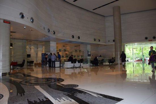 Le Meridien New Delhi: Lobby Hotel Le Meridien Nueva Dehli. 30 Mayo 2014.