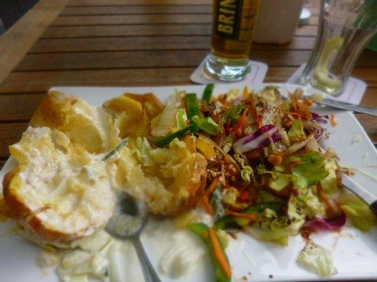 Zum alten Markt: baked potatoe and salad