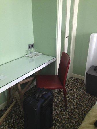 Grand Hôtel Malher : Small desk and closet