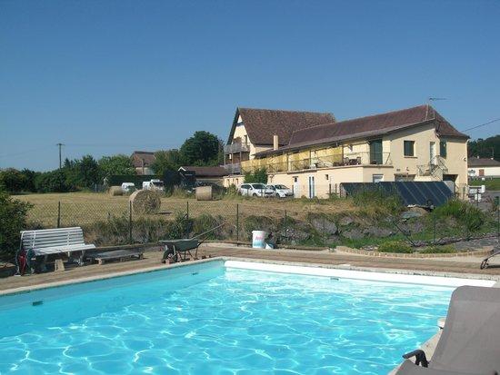 Auberge du Relais : L'auberge et sa piscine