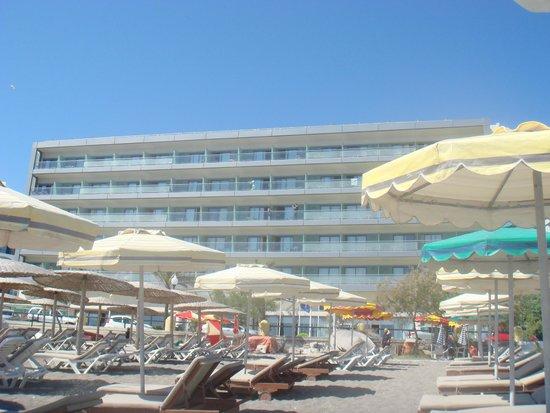 Hotel Mediterranean : вид на отель с пляжа