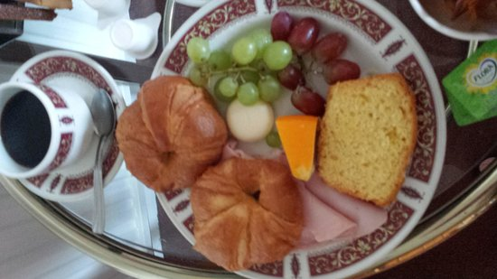 Knights Court Hotel: Room service Continental with warm ham and stale croissants. oh and a babybel.