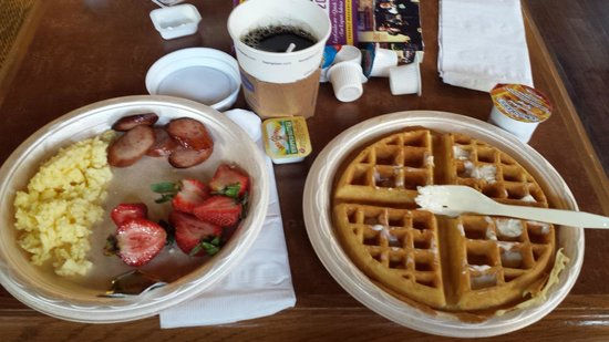Hampton Inn & Suites Convention Center: LOVED their free breakfast. Added lots of value to our stay!