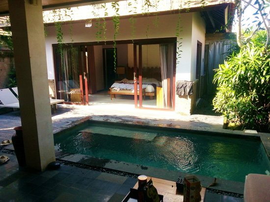 De Uma Lokha Luxury Villas and Spa: Outside looking into the Villa