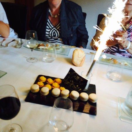 Restaurant l'Auberge : Mignardises avec le café Macarons maison ! Petite attention du serveur à mon mari pour son anniv