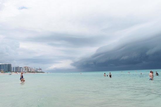 Loews Miami Beach Hotel: beach: rain coming up, wonderful colour of the sea