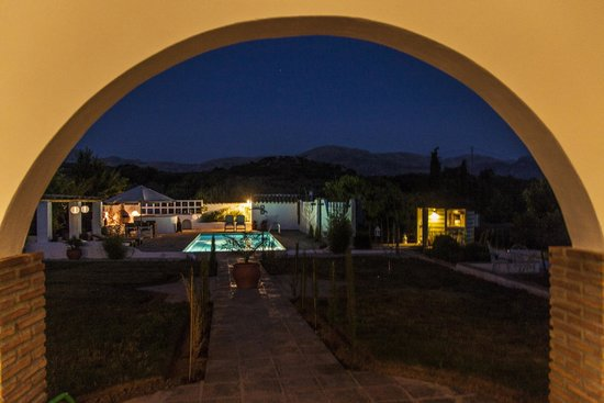 Finca Los Pinos Guesthouse: View from terrace by night