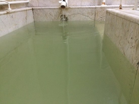 Banos Medicinales del Penon: Tina con agua mineralizada