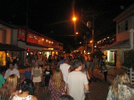 Rua das pedras, à noite.