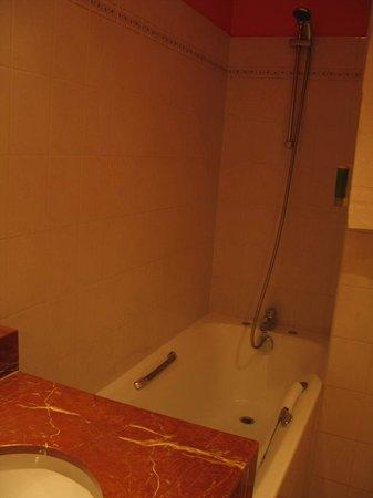 Nîmes, Best Western L'Orangerie - bathroom