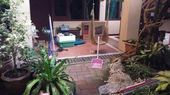 Cool Guesthouse: Toujours la cour intérieure avec le bordel et des rats cachés sous les grilles...