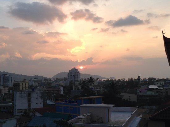 Casa Del M, Patong Beach : Sunset and view from roof top bar/restaurant