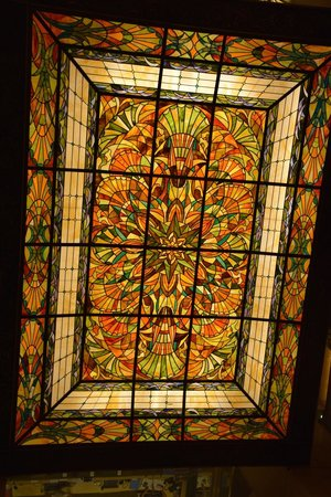 Regal Kowloon Hotel: El vitral en el techo del lobby.